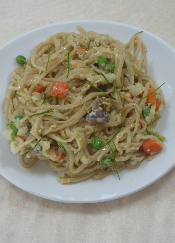Quick egg and vegetable noodles - a speedy supper from busylizziecooks.com