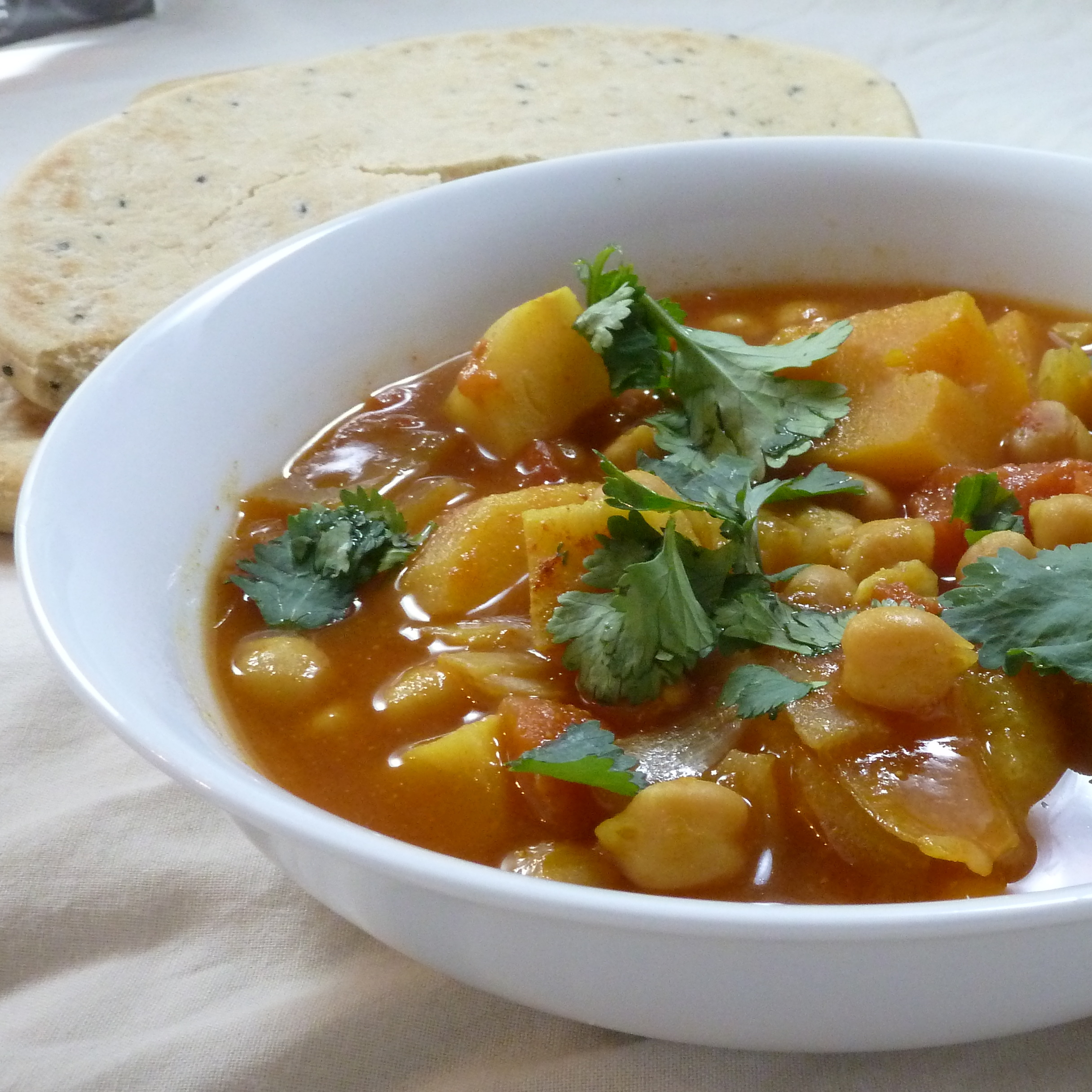 Slow cooker chickpea curry with naan from grubdujour.com