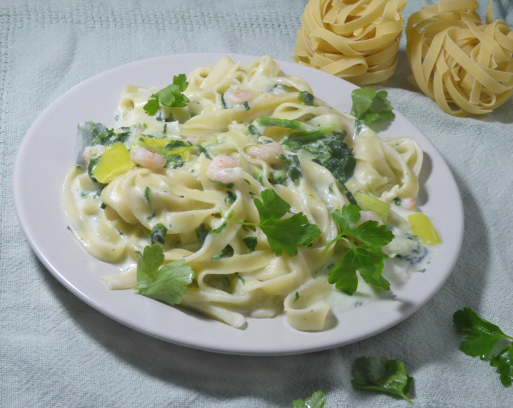 Creamy spinach pasta with prawn and leek