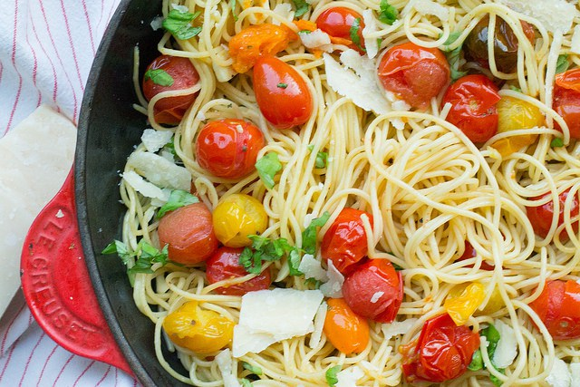 20 minute dinner idea - bowl of roasted tomato and garlic spaghetti
